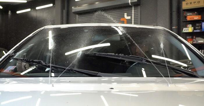 Wie schwer ist es, selbst zu reparieren: Scheibenwischer Mercedes W203 C 200 2.0 Kompressor (203.045) 2006 Tausch - Downloaden Sie sich illustrierte Anleitungen