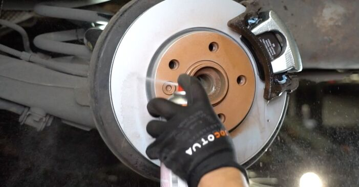 Wie Bremsscheiben VW Multivan V (7HM, 7HN, 7HF, 7EF, 7EM, 7EN) 2.0 TDI 2004 austauschen - Schrittweise Handbücher und Videoanleitungen