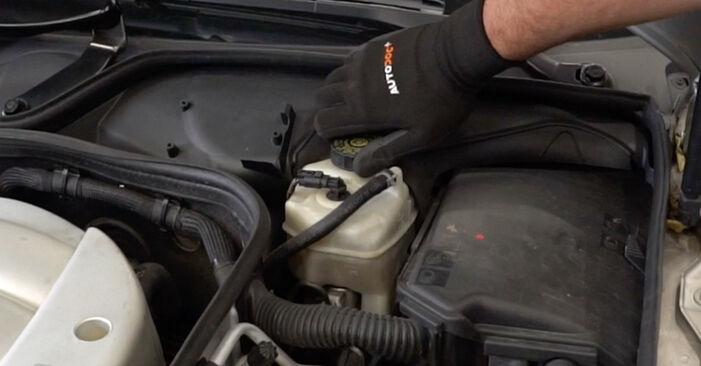 Mercedes W211 E 270 CDI 2.7 (211.016) 2004 Brzdovy kotouc výměna: bezplatné návody z naší dílny