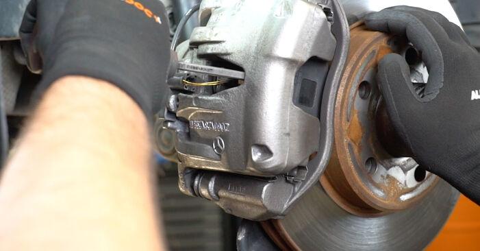 Колко време отнема смяната: Спирачни Накладки на Mercedes W211 2002 - информативен PDF наръчник