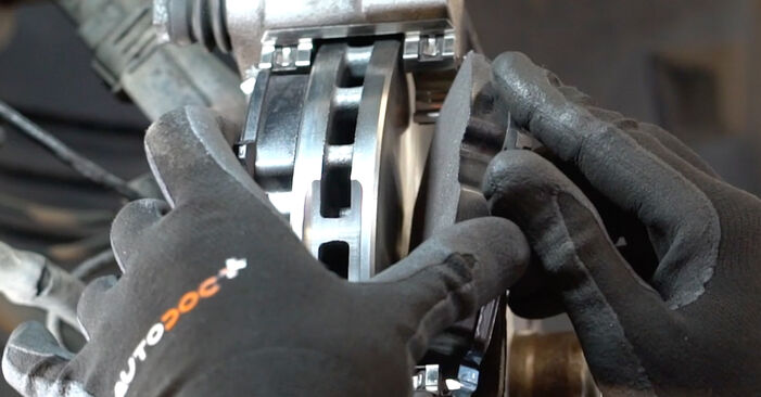 Смяна на Mercedes W211 E 270 CDI 2.7 (211.016) 2004 Спирачни Накладки: безплатни наръчници за ремонт