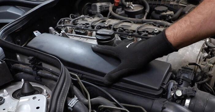 Hoe Luchtfilter MERCEDES-BENZ E-Klasse Sedan (W211) 2006 wisselen – raad en uitleg
