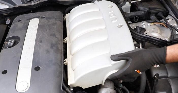 Hoe Luchtfilter MERCEDES-BENZ E-Klasse Sedan (W211) E 220 CDI 2.2 (211.006) 2003 vervangen – stap voor stap leidraden en video-tutorials
