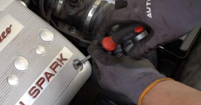 Austauschen Anleitung Thermostat am Alfa Romeo 147 937 2010 1.9 JTDM 8V (937.AXD1A, 937.AXU1A, 937.BXU1A) selbst