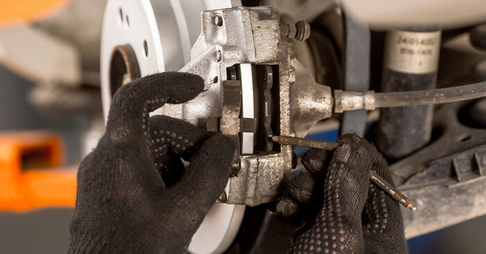 Bremsbeläge beim MERCEDES-BENZ 190 2.0 (201.023) 1989 selber erneuern - DIY-Manual