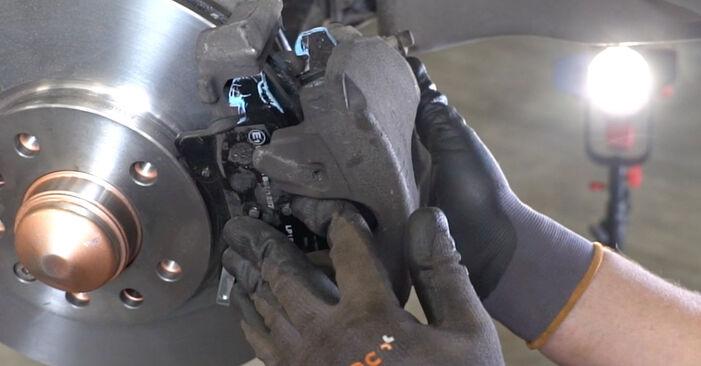 Schritt-für-Schritt-Anleitung zum selbstständigen Wechsel von Opel Astra H Limousine 2003 1.7 CDTI (L69) Bremssattel