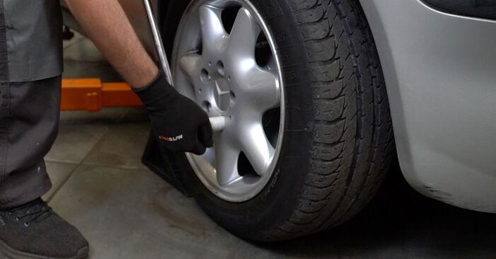 Como trocar Rolamento da Roda no Mercedes W168 1997 - manuais gratuitos em PDF e vídeo