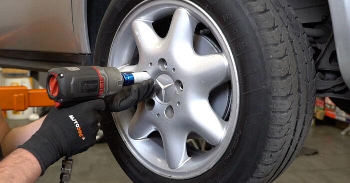 Wie schwer ist es, selbst zu reparieren: Stoßdämpfer Mercedes W168 A 160 CDI 1.7 (168.006) 2003 Tausch - Downloaden Sie sich illustrierte Anleitungen