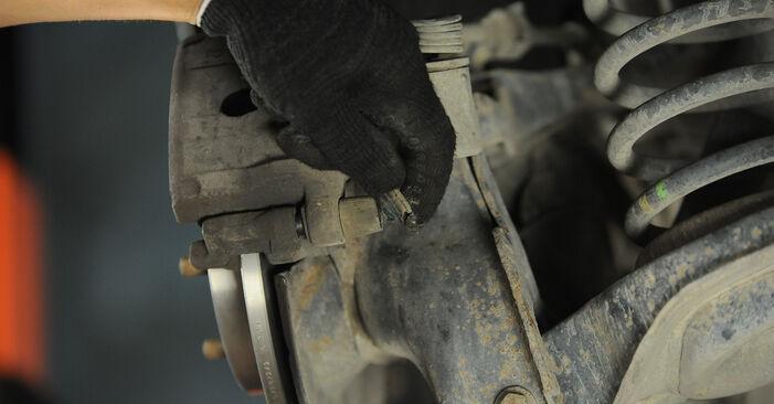 Wie schwer ist es, selbst zu reparieren: Bremsbeläge Ford Focus mk2 Limousine 1.4 2011 Tausch - Downloaden Sie sich illustrierte Anleitungen