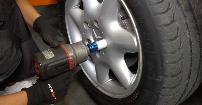 Austauschen Anleitung Bremsbeläge am Mercedes W168 1999 A 140 1.4 (168.031, 168.131) selbst