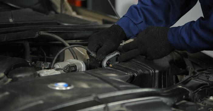 Substituição de BMW E90 320i 2.0 2006 Filtro de Ar: manuais gratuitos de oficina