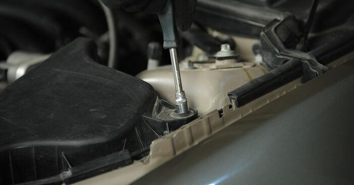 Como substituir Filtro de Ar no BMW 3 Sedan (E90) 2009: descarregue manuais em PDF e instruções em vídeo