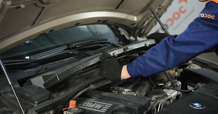 Wechseln Innenraumfilter am BMW 3 Limousine (E90) 318i 2.0 2007 selber