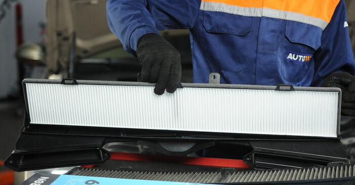 Wie schwer ist es, selbst zu reparieren: Innenraumfilter BMW E90 325d 3.0 2010 Tausch - Downloaden Sie sich illustrierte Anleitungen