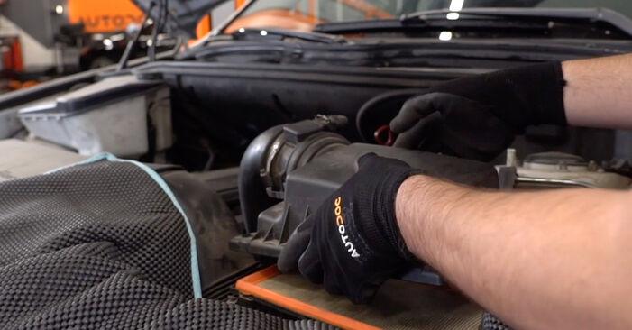 Svépomocná výměna Vzduchovy filtr na BMW X5 (E53) 4.6 is 2003
