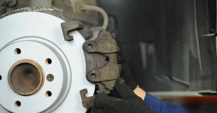 BMW 3 SERIES 320i 2.0 Brake Pads replacement: online guides and video tutorials