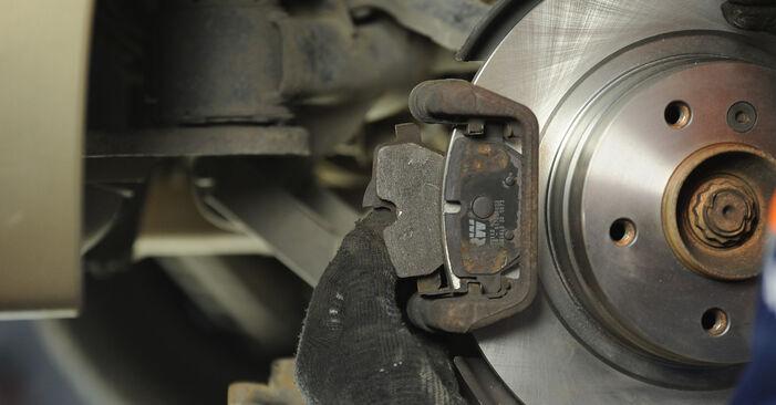 Bremsbeläge Ihres BMW E90 320i 2.0 2004 selbst Wechsel - Gratis Tutorial
