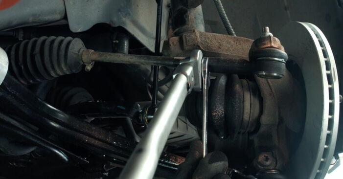 Kaip pakeisti FORD Fiesta Mk5 Hatchback (JH1, JD1, JH3, JD3) 1.4 TDCi 2002 Skersinės vairo trauklės galas - išsamios instrukcijos ir vaizdo pamokos