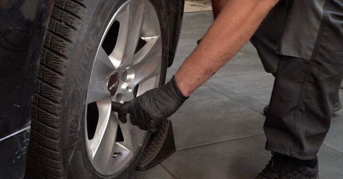 Как да демонтираме BMW 5 SERIES 525d 3.0 2005 Свързваща щанга - онлайн лесни за следване инструкции