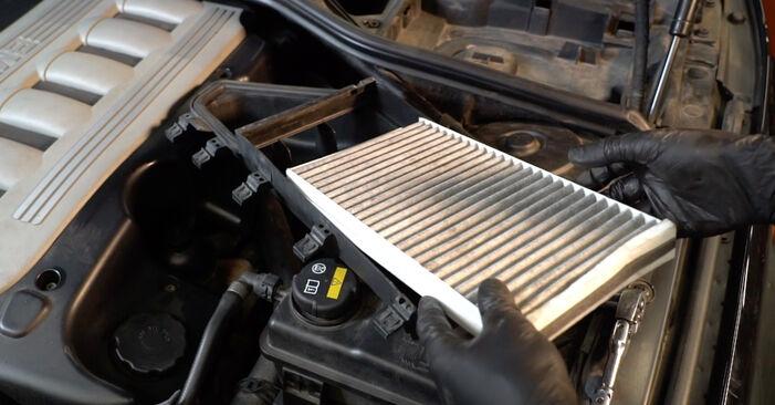 Udskiftning af Pollenfilter på BMW E60 2001 530d 3.0 ved gør-det-selv indsats