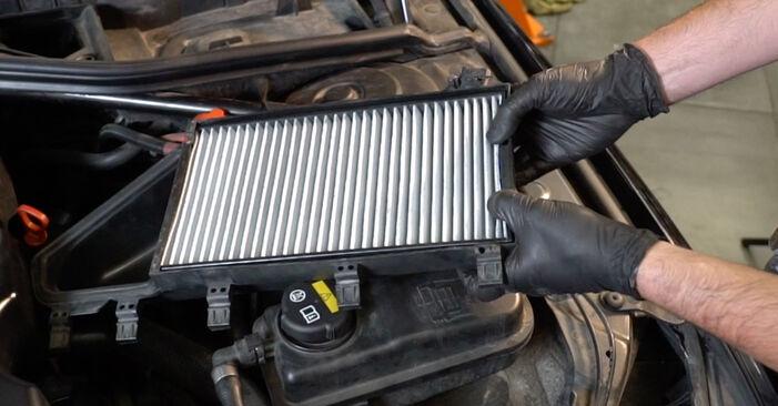 Hvordan man fjerner BMW 5 SERIES 525d 3.0 2005 Pollenfilter - nem at følge online instruktioner