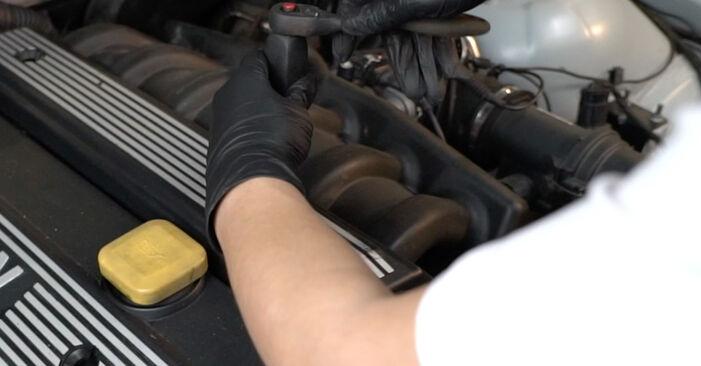 Zündkerzen BMW E39 528i 2.8 1997 wechseln: Kostenlose Reparaturhandbücher