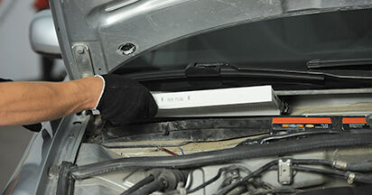 Innenraumfilter beim AUDI A4 2.5 TDI 2001 selber erneuern - DIY-Manual