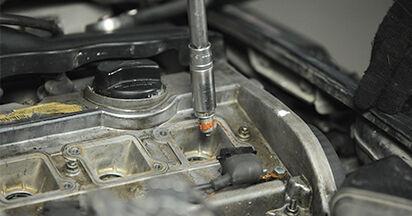 Austauschen Anleitung Zündkerzen am Audi A4 B5 Limousine 1996 1.6 selbst