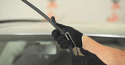 Tauschen Sie Scheibenwischer beim AUDI A4 (8D2, B5) 1.8 T 1997 selbst aus