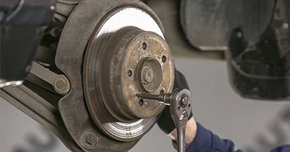 Wie kompliziert ist es, selbst zu reparieren: Bremsscheiben am Mercedes W202 C 250 D 2.5 (202.125) 1999 ersetzen – Laden Sie sich illustrierte Wegleitungen herunter