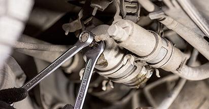 Mercedes W202 C 250 2.5 Turbo Diesel (202.128) 1995 Polttoainesuodatin vaihto: ilmaiset korjaamokäsikirjat