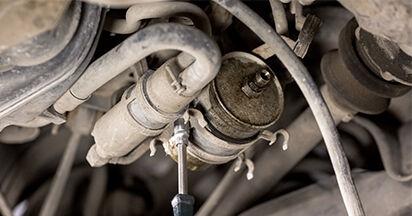 Vaihtaa Polttoainesuodatin itse MERCEDES-BENZ C-CLASS (W202) C 220 CDI 2.2 (202.133) 1996 -autoon