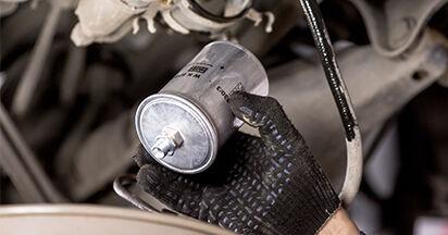 Kuinka vaihtaa Polttoainesuodatin MERCEDES-BENZ C-CLASS (W202) 1998 -autoon: lataa PDF-oppaat ja video-ohjeet