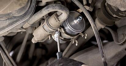 Kuinka vaikeaa on tehdä itse: Polttoainesuodatin-osien vaihto Mercedes W202 C 250 D 2.5 (202.125) 1999 -autoon - lataa kuvitettu opas