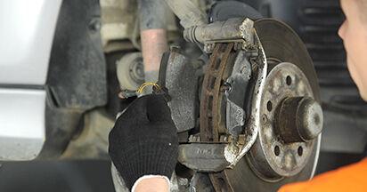 Quanto è difficile il fai da te: sostituzione Pastiglie Freno su Mercedes W211 E 320 CDI 3.0 (211.022) 2008 - scarica la guida illustrata