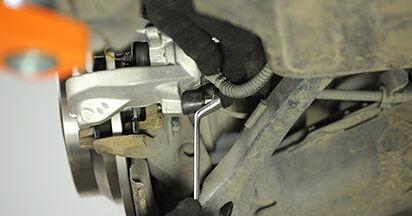 Mercedes W211 E 270 CDI 2.7 (211.016) 2004 Pinza Freno sostituzione: manuali dell'autofficina