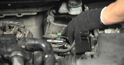 Wie schwer ist es, selbst zu reparieren: Kraftstofffilter Ford Focus 2 da 2.0 2010 Tausch - Downloaden Sie sich illustrierte Anleitungen