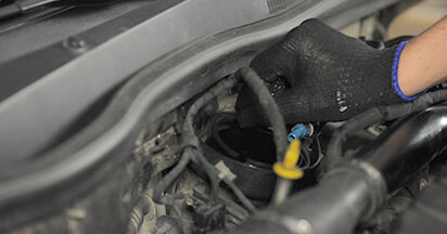 Austauschen Anleitung Kraftstofffilter am Opel Astra h l48 2014 1.7 CDTI (L48) selbst