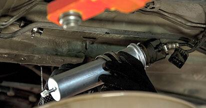 Wie Kraftstofffilter BMW 5 (E60) 525d 2.5 2002 austauschen - Schrittweise Handbücher und Videoanleitungen