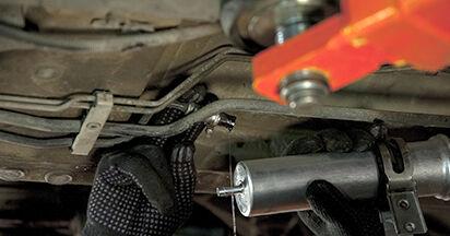Wechseln Kraftstofffilter am BMW 5 (E60) 520i 2.2 2004 selber