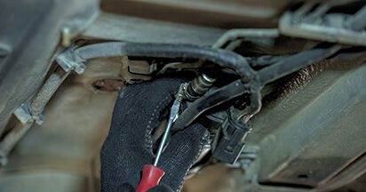 Kraftstofffilter am BMW 5 (E60) 535d 3.0 2006 wechseln – Laden Sie sich PDF-Handbücher und Videoanleitungen herunter
