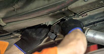Wie schwer ist es, selbst zu reparieren: Kraftstofffilter BMW E60 530i 3.0 2007 Tausch - Downloaden Sie sich illustrierte Anleitungen