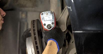 Sostituendo Ammortizzatori su BMW E60 2001 530d 3.0 da solo