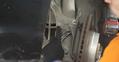 Wie schwer ist es, selbst zu reparieren: Domlager BMW E60 530i 3.0 2007 Tausch - Downloaden Sie sich illustrierte Anleitungen