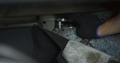 Sostituire Supporto Ammortizzatore su BMW 5 (E60) 520d 2.0 2005 non è più un problema con il nostro tutorial passo-passo