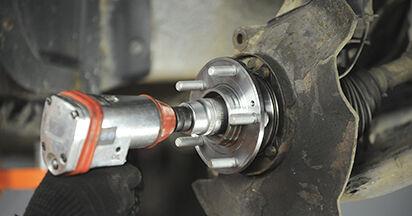 Wie schwer ist es, selbst zu reparieren: Radlager Hyundai Santa Fe cm 2.4 4x4 2011 Tausch - Downloaden Sie sich illustrierte Anleitungen