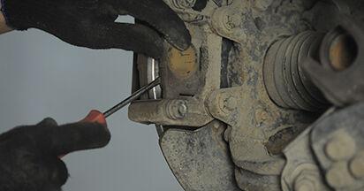 Wie schwer ist es, selbst zu reparieren: Bremsbeläge Honda CR-V II 2.2 CTDi (RD9) 2001 Tausch - Downloaden Sie sich illustrierte Anleitungen
