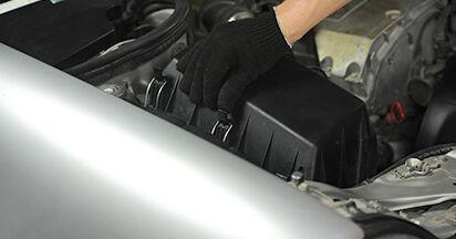 Comment remplacer MERCEDES-BENZ E-CLASS (W210) E 300 3.0 Turbo Diesel (210.025) 1996 Filtre à Air - manuels pas à pas et guides vidéo