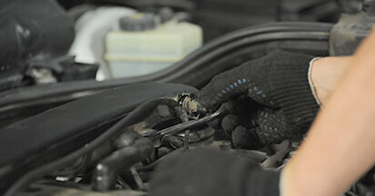 Zündkerzen Mercedes W210 E 200 2.0 (210.035) 1997 wechseln: Kostenlose Reparaturhandbücher