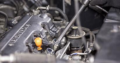 Wie schwer ist es, selbst zu reparieren: Zündkerzen Honda CR-V III 2.4 i-Vtec 4WD 2012 Tausch - Downloaden Sie sich illustrierte Anleitungen